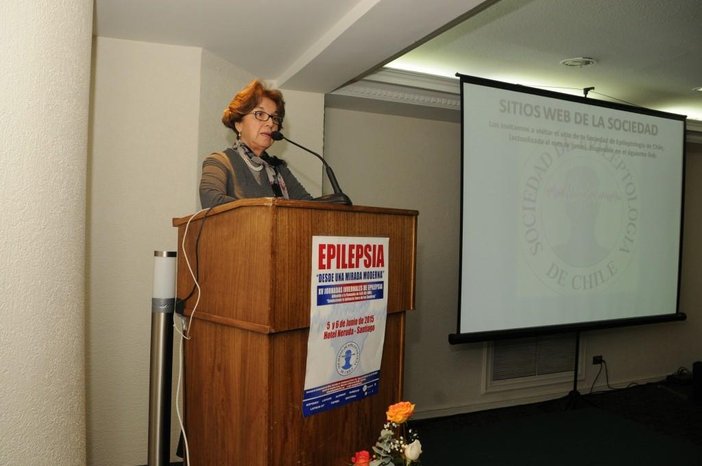 Dra. Ledia Troncoso, una de las presidentas de esta edición, dando el discurso de apertura, en el que realizó una dedicatoria al Dr. Marcelo Devilat, ex Jefe del Servicio de Neurología y Psiquiatría del Hospital Calvo Mackenna.