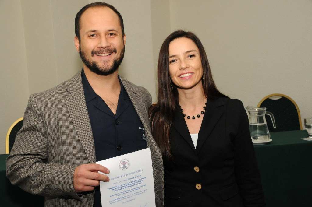 Dr. Hernán Acevedo, autor del trabajo libre sobre Experiencia con Estimulador Vagal (VNS) en el Instituto de Neurocirugía, recibe el premio a mejor trabajo de parte de la Dra. Scarlet Witting, presidenta de las XV Jornadas.