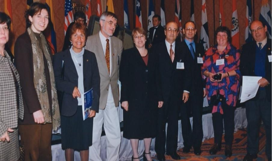 Dra. Michelle Bachelet (en ese entonces ministra de Salud) y Dr. Marcelo Devilat, al medio en la foto, durante la primera conmemoración del Día Latinoamericano de la Epilepsia en septiembre de 2000.