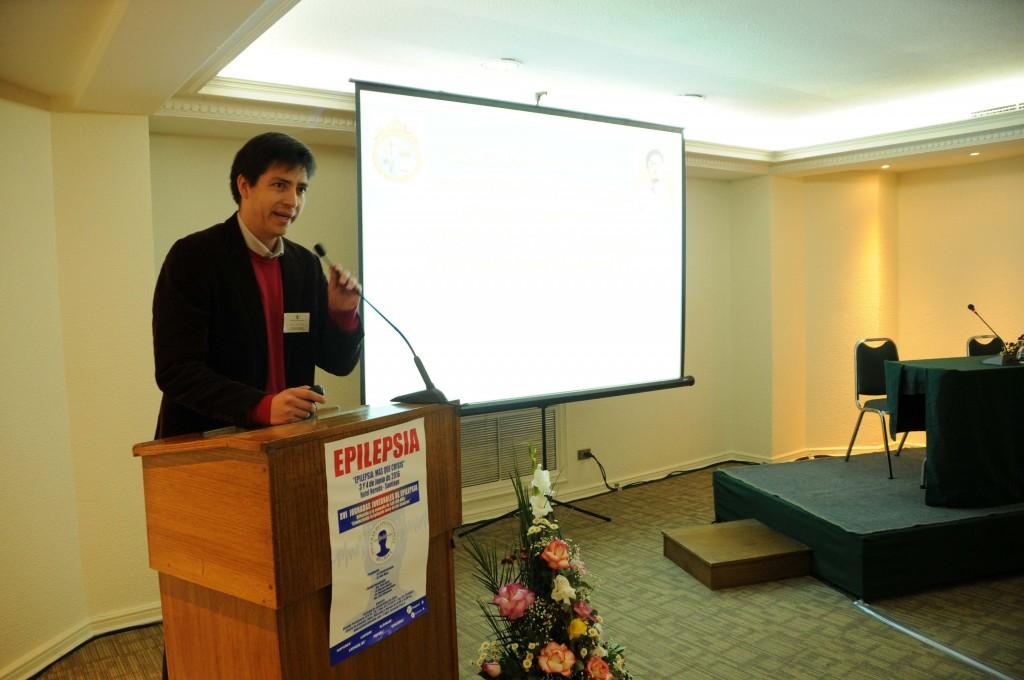 Dr. Reinaldo Uribe (Hospital Sótero del Río) durante su charla sobre epileptogénesis.