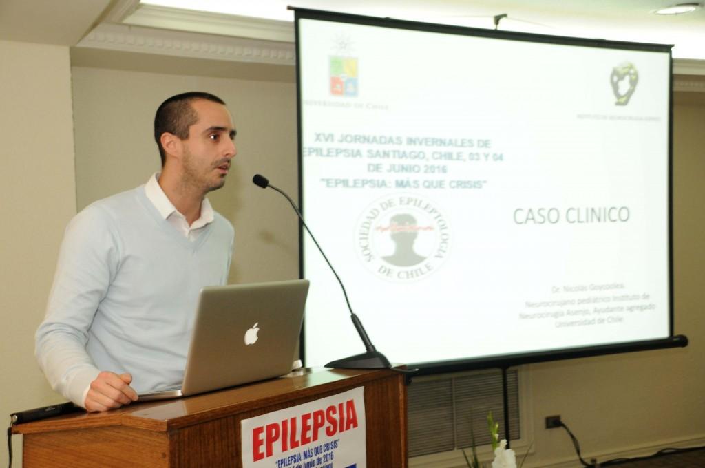 Dr. Nicolás Goycoolea (Instituto de Neurocirugía) presentando un caso clínico de cirugía en epilepsia.